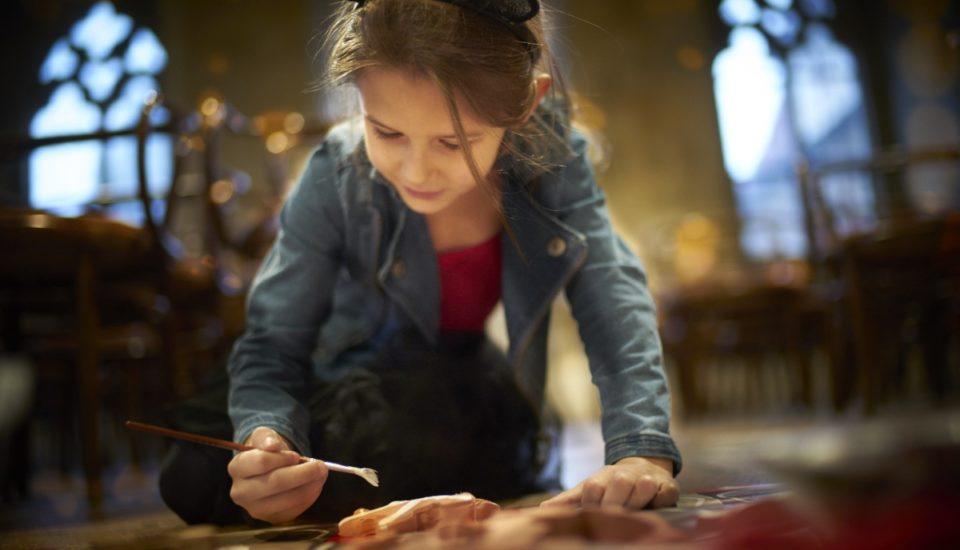 Děti vyrábějí vánoční ozdoby
