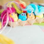Velikonoční DIY sdětmi: kraslice jako barevní poníci