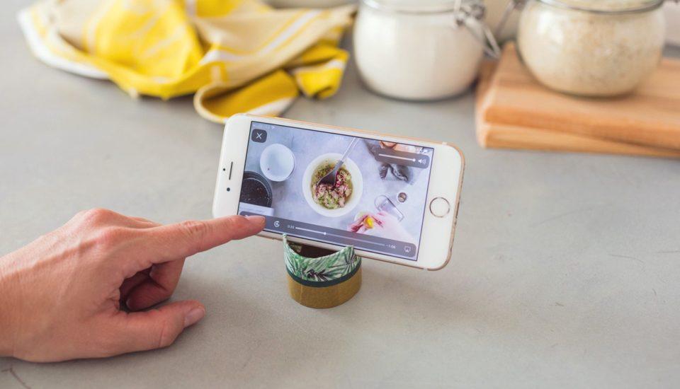 Vyrobte si šikovný stojánek na mobil