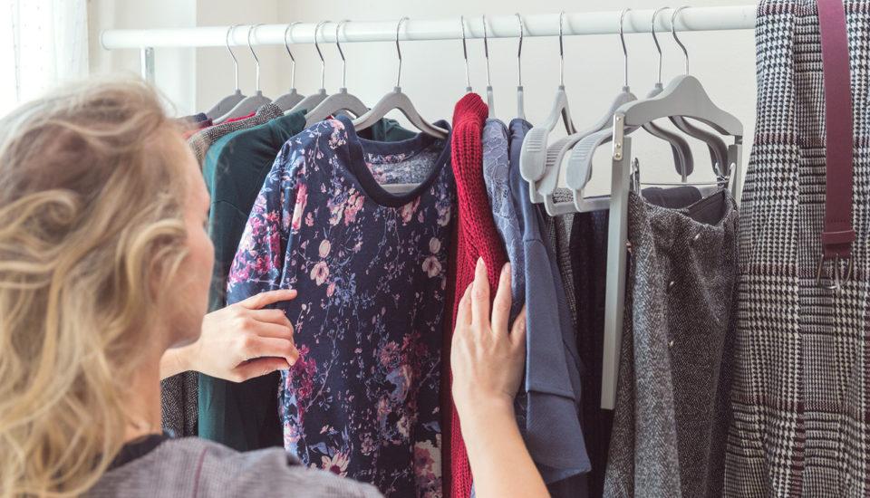 5 rad, jak utrácet za oblečení méně, ale stále mít všatníku něco nového