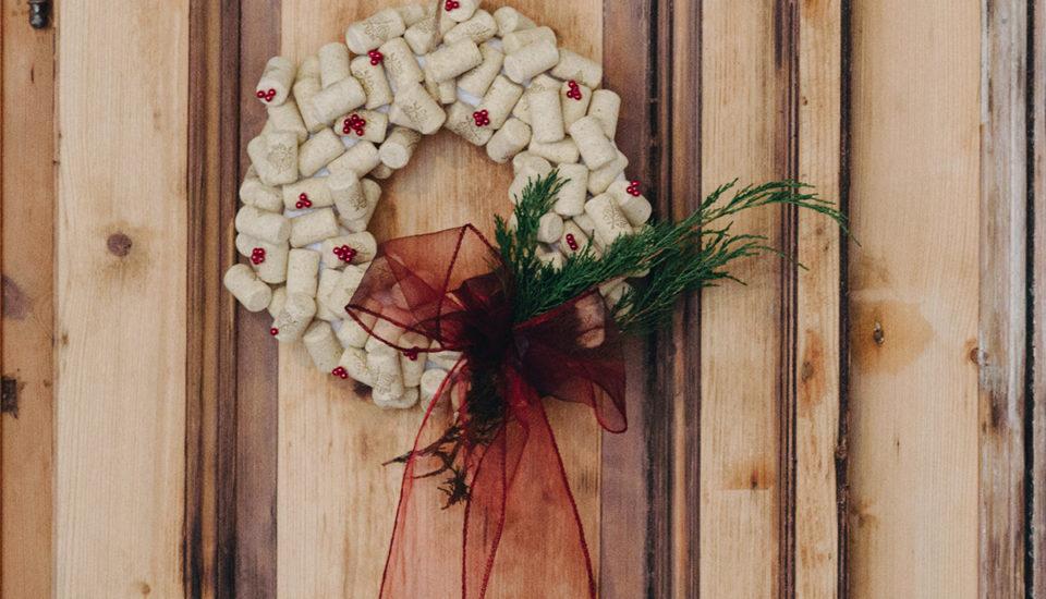 Netradiční vánoční věnec zkorkových zátek
