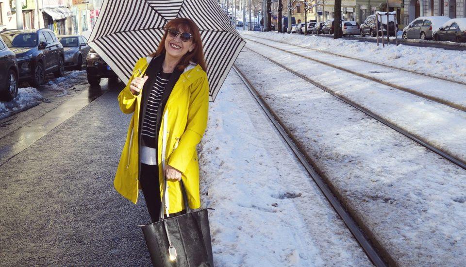 Ikonický žlutý pršiplášť proti větru, dešti ina parádu