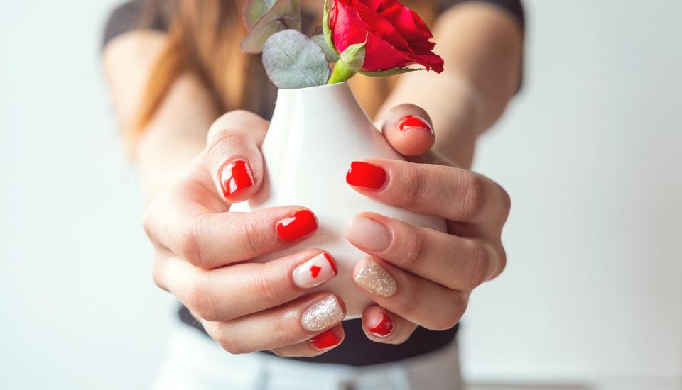 Inspirace: romantická manikúra se srdíčky