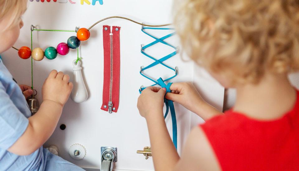"Vyrobte si ""busy board"", rozvojovou tabuli pro batolata astarší děti"