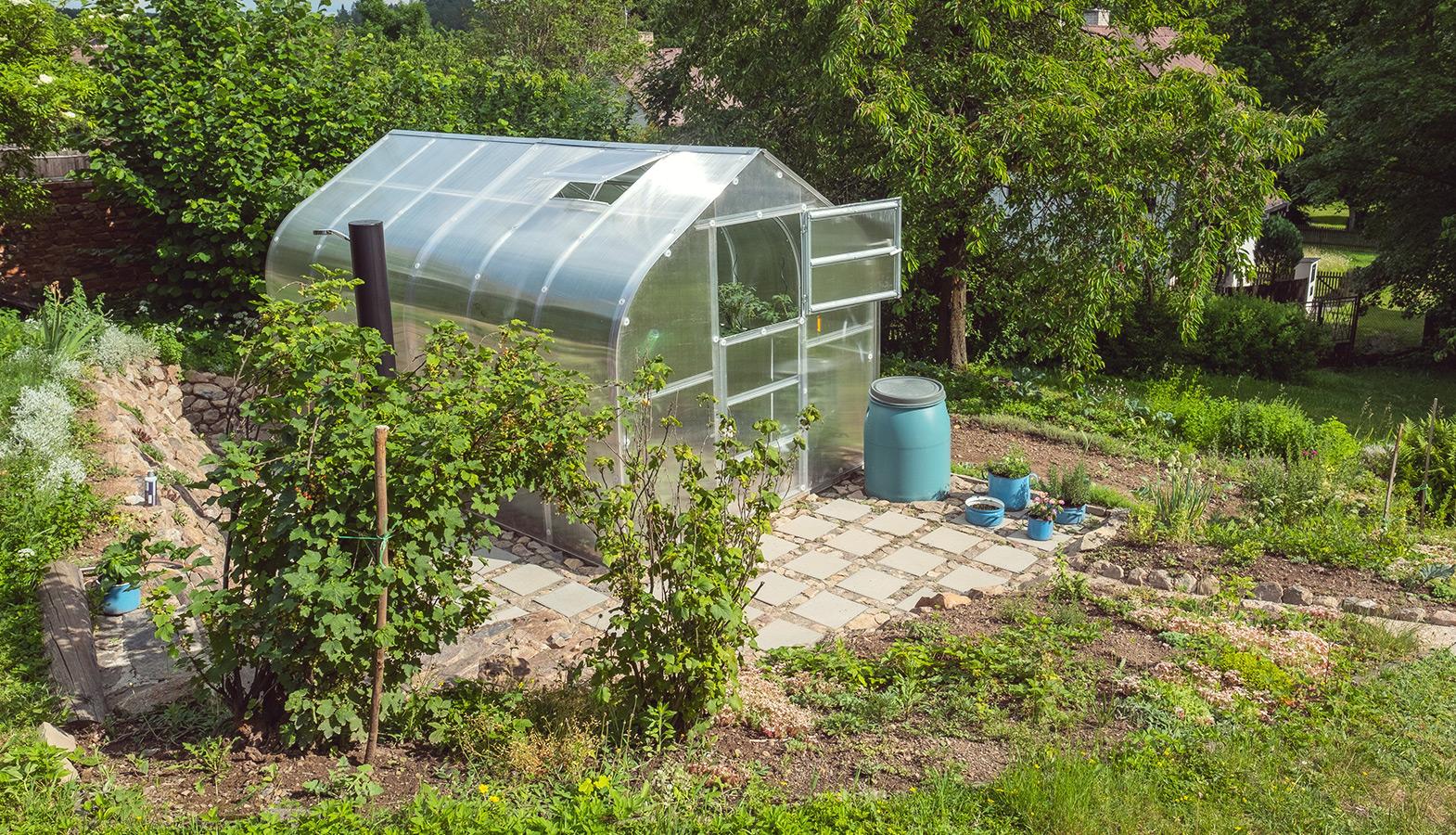 život na vesnici: vlastní zahrada, skleník…