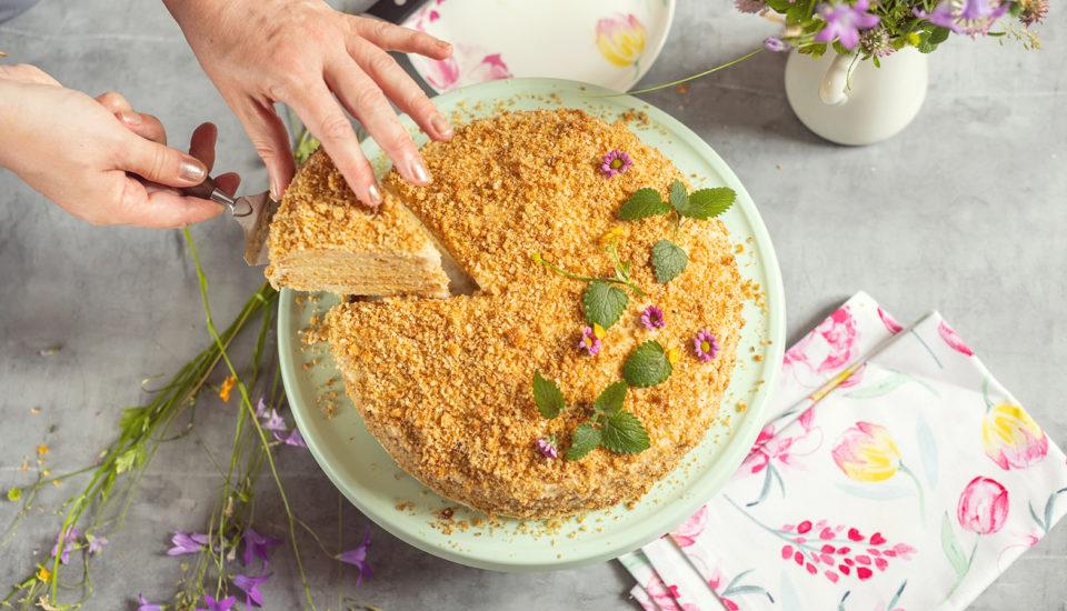 Medový dort skávovým krémem. Osvědčená klasika, kterou milujeme