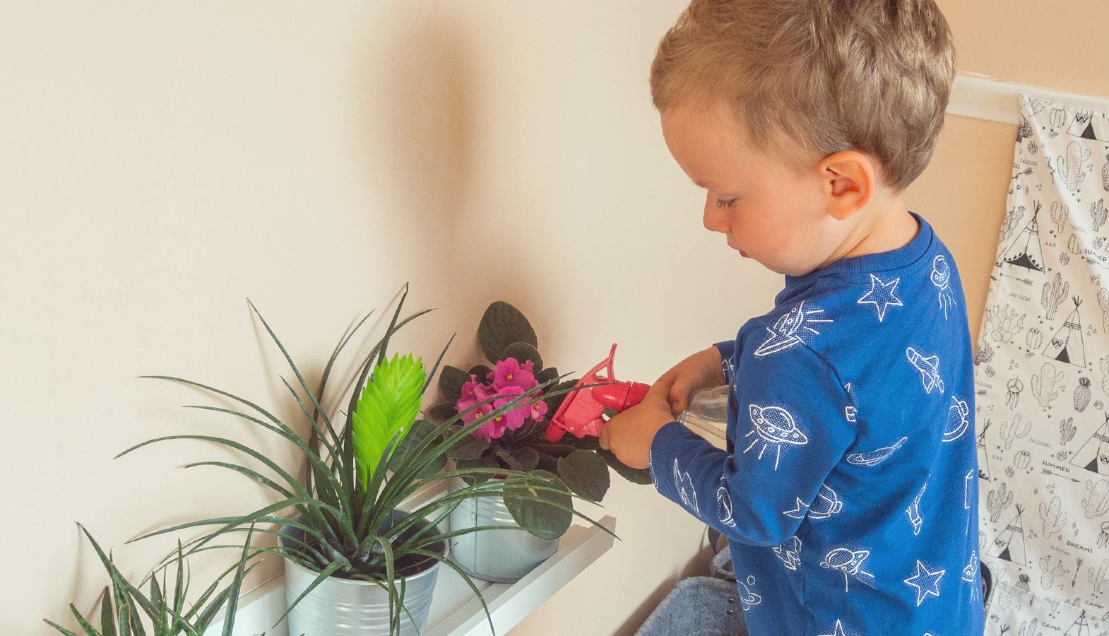 Montessori aktivity – batole pomáhá v domácnosti