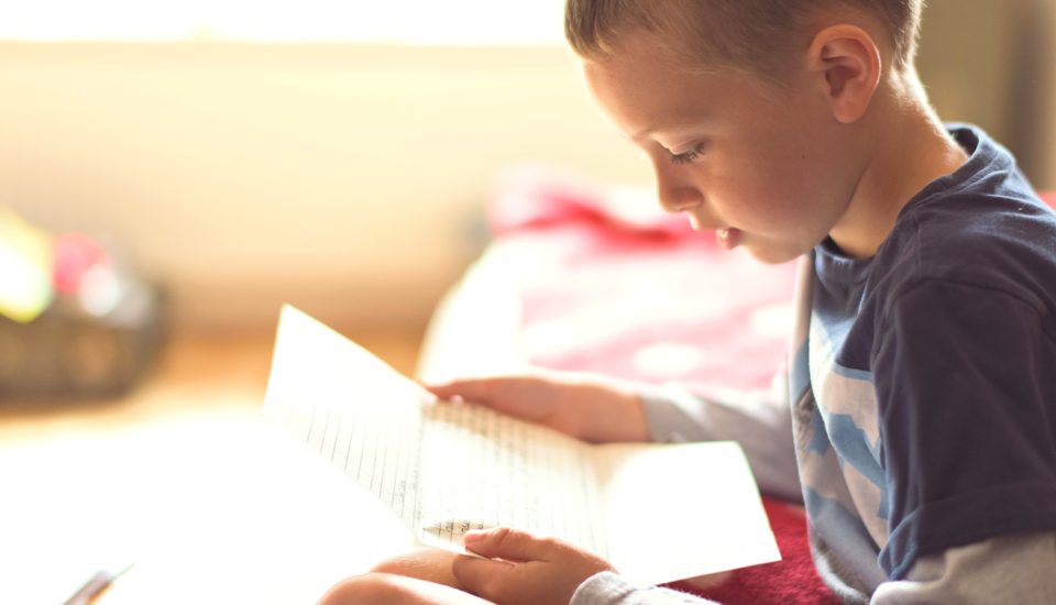 Dnešní děti mají mobily, ale dopisy na tábor jsou důležité! Jak to vidí odborník?