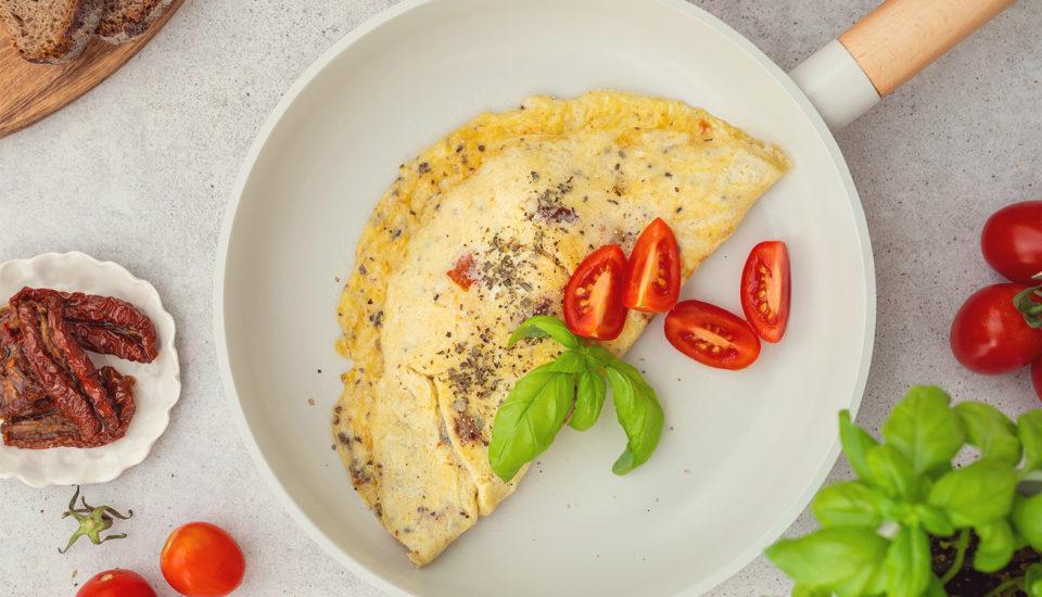 Vaječná omeleta je skvělá ksnídani ivečeři. Jak na to, aby byla správně nadýchaná?