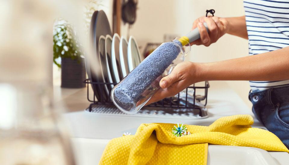 5 úklidových tipů, které pomohou spřipálenými hrnci išpinavými spárami bez chemie