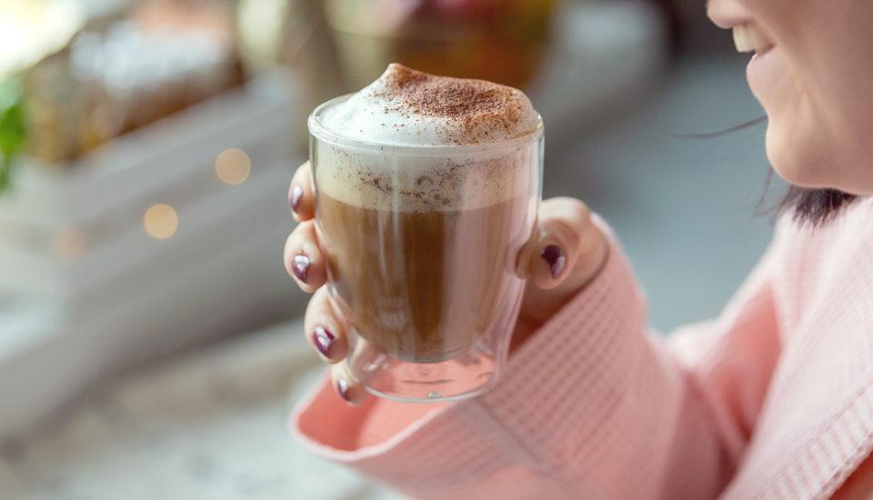 Bulletproof coffee trochu jinak: se skořicí, vanilkou amandlemi