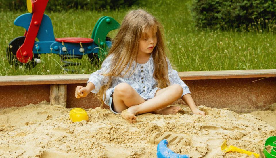 5 tipů na hry na pískoviště, přikterých se děti iněco naučí
