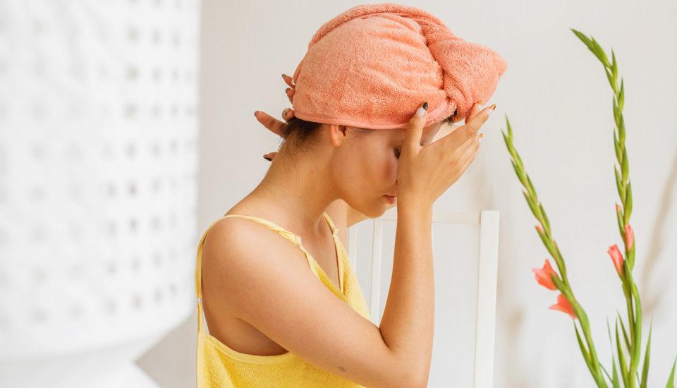 Rady od kadeřnice, jak si správně fénovat vlasy. Proč je škodlivé nechat je schnout samovolně?