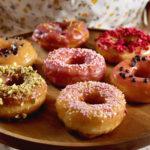 Připravte si domácí donuty včetně dokonalé polevy. Knarozeninám, nebo jen tak