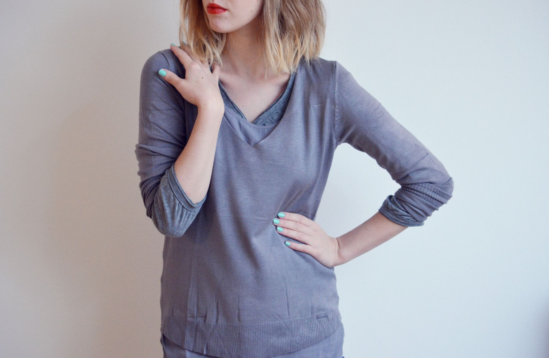 Více vrstev ve stejné barvě může vypadat i hravě (Tchibo svetřík a triko s dlouhým rukávem)