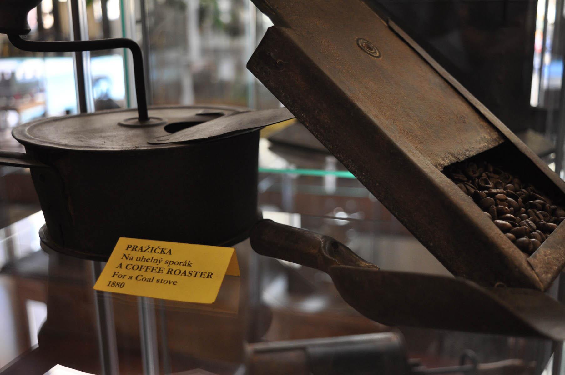 Lopatková pražička na kávu z roku 1880.