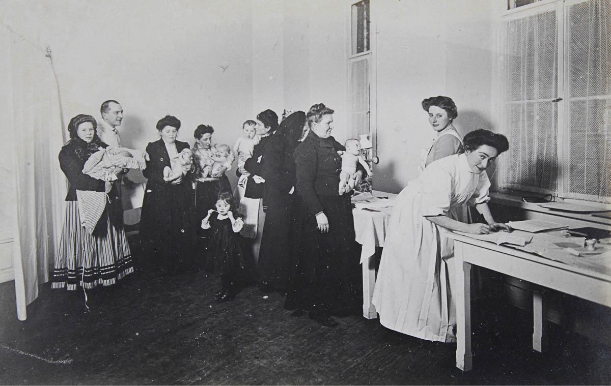 Pravidelná kontrola u dětského lékaře. Foceno v Brně 1911. (Zdroj: Austrian Archives/Imagno/Getty Images)