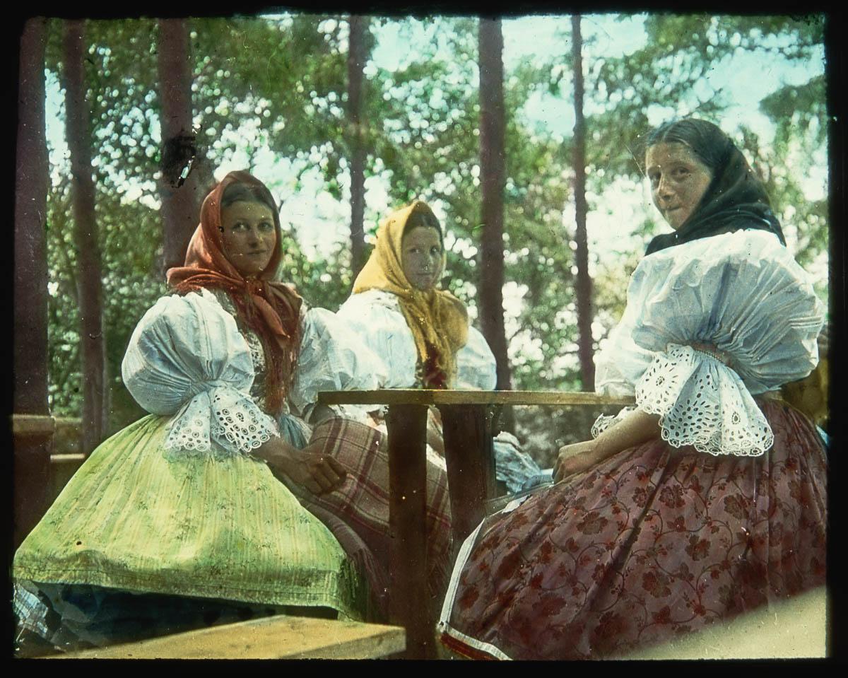 Slovenské dívky v krojích při společném čtení. (Zdroj: Scheufler Collection/Corbis/VCG via Getty Images)