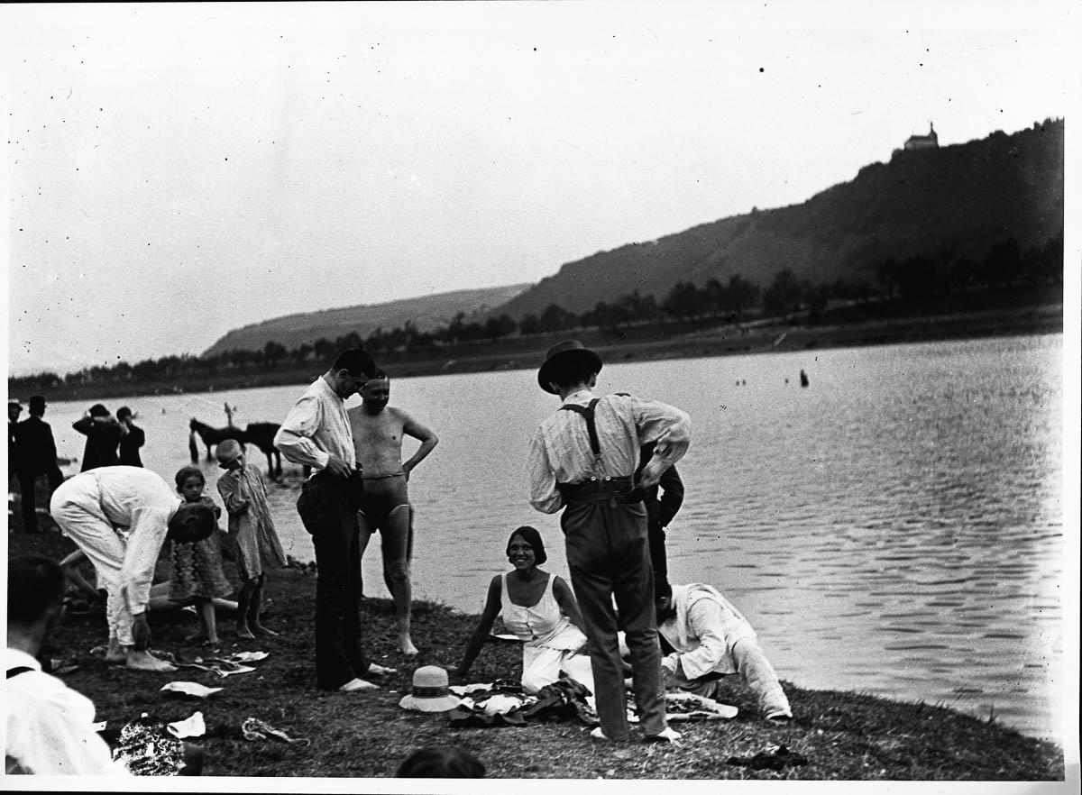 Na břehu Vltavy v pražském Podolí. Foceno: 1912. (Zdroj: Jaroslav Petrak/Scheufler Collection/Corbis/VCG via Getty Images)