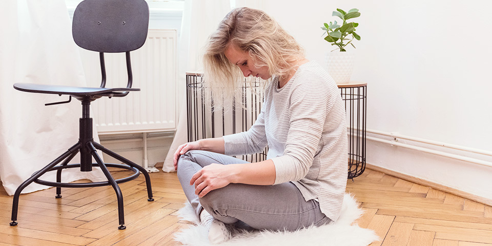 Žena provádějící cvik na bolavá záda