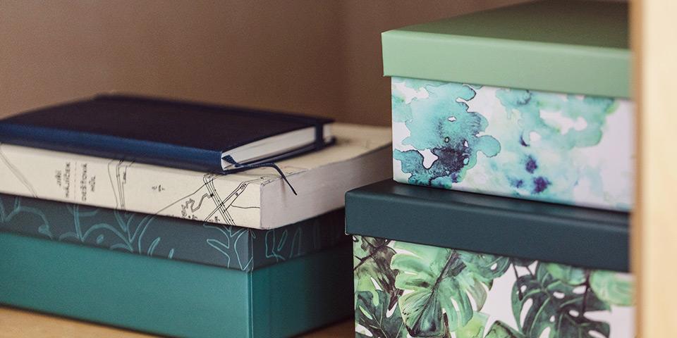 Zelené krabičky s rostlinnými motivy z aktuální kolekce Tchibo